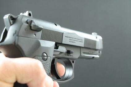 Softair Pistole im Anschlag